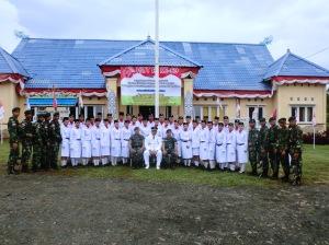 Foto bersama anggota Paskibra, camat, dan tim pelatih