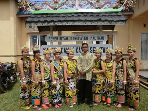 Foto bersama siswa yang menggunakan pakaian adat dayak kenyah