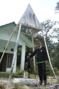 Patok perbatasan Indonesia-Malaysia. Bangunan di belakang adalah pos Malaysia yang sudah kosong